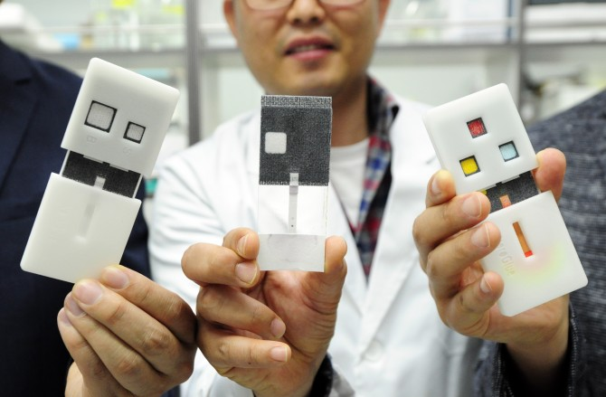 연구팀이 개발한 노로바이러스 진단키트. 왼쪽부터 사용 전 키트, 키트 안에 들어가는 종이로 만든 칩, 사용후 키트. - 한국기초지원연구원 제공